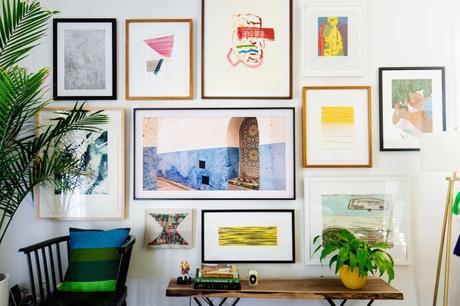 mur de cadres télévision cachée samsung arty - blog déco - clem around the corner