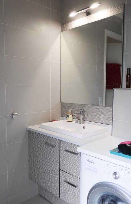 salle de bain grise fonctionnelle cogedim crédence relief vague design