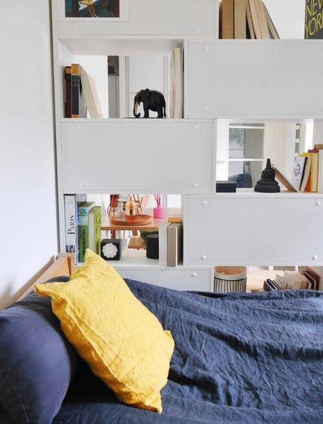 studio bien agencé bibliothèque cloison table de nuit - blog décoration intérieur - clem around the corner