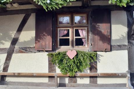 Décoration de Noël au bord d'une fenêtre à l'Écomusée d'Alsace © French Moments
