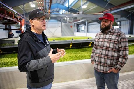 Brad Carpenter en conversation avec son fils Austin dans sa ferme familiale.
