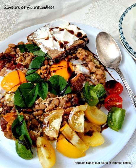 Haricots blancs sautés aux œufs et tomates cerise, toasts à la ricotta.