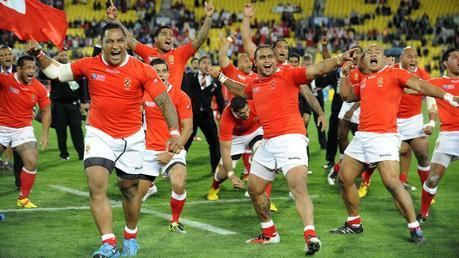 Les Tongiens Halani Aulika, Taniela Moa et Sona Taumalolo fêtent leur victoire face au XV de France à Wellington