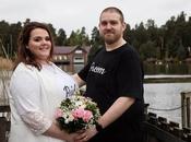 couple marie jeans t-shirts pour montrer mariages sont forcément chers