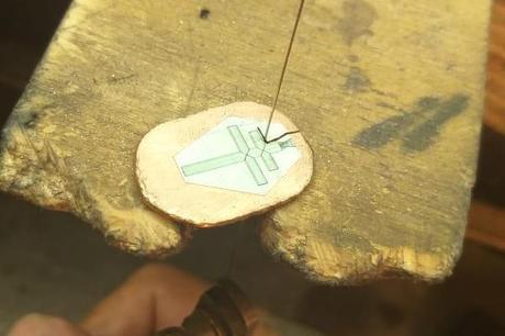 fabrication pendentif croix de lorraine en or rose 18 carats dans atelier de bijouterie
