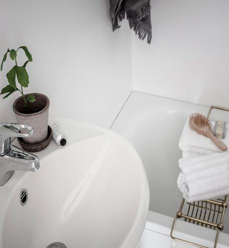 papier peint salle de bain blanche support savon laiton serviette lavabo - blog déco - clem around the corner