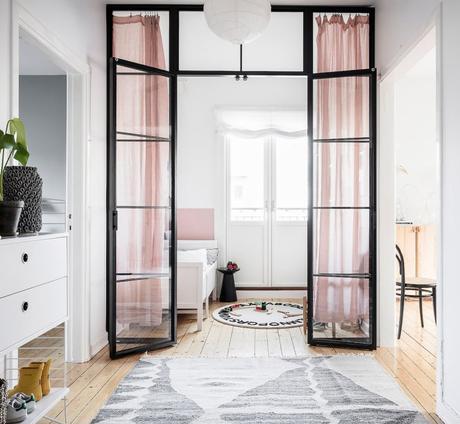 papier peint chambre enfant moderne élégante couleur douce porte vitrée noire - blog déco - clem around the corner