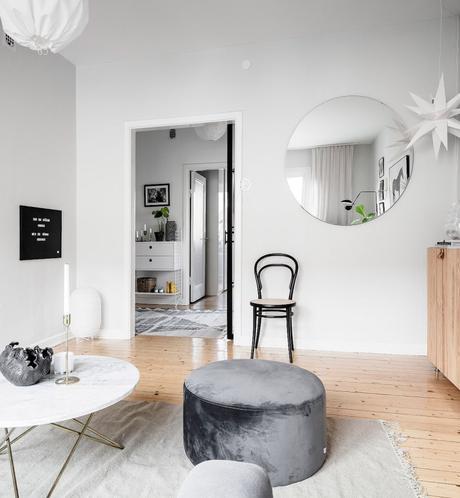 papier peint salon lumineux blanc pouf velours gris meuble bois miroir rond - blog déco - clem around the corner