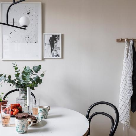 papier peint cuisine tableau noir et blanc table à manger plante bois - blog déco - clem around the corner