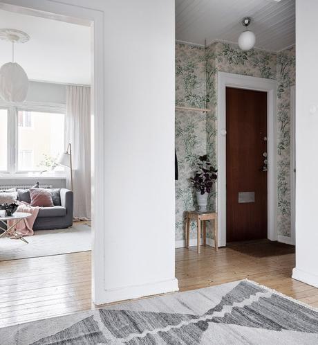 papier peint vert hall entrée tapis gris tabouret bois salon lumineux - blog déco - clem around the corner