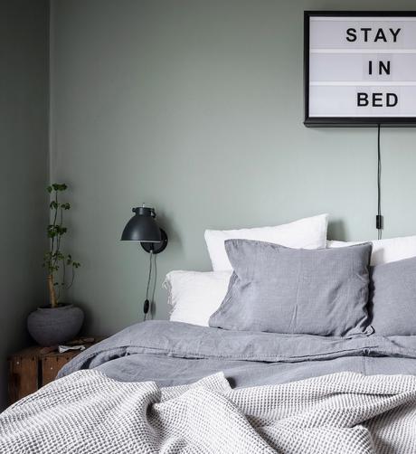 papier peint chambre parentale style industriel lampe de chevet drap lin gris - blog déco - clem around the corner
