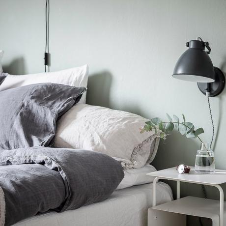 papier peint chambre rustique linge coussin lin lampe fixe mur table chevet blanche - blog déco - clem around the corner
