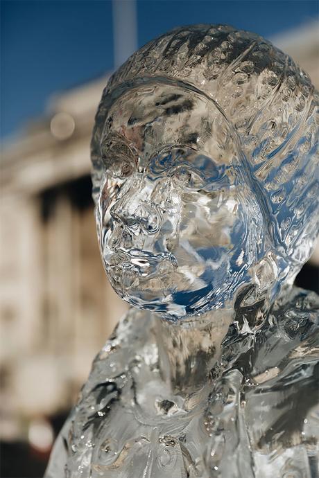 Une statue de glace Greta Thunberg installée à Trafalgar Square