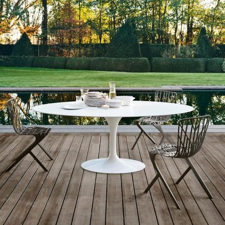 table tulipe blanche extérieure knoll eero saarinen terrasse bois jardin
