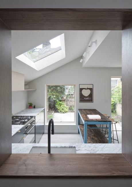 vue du séjour salon salle à manger cuisine spacieuse plan de travail en marbre blanc clemaroundthecorner