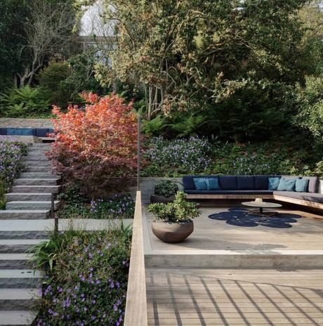 maison japonaise terrasse en bois escalier béton feuillage buisson vert - blog déco - clem around the corner