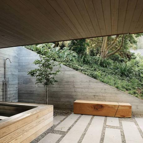 maison douche extérieure jardin pierre chemin galet banc bois rectangle - blog déco - clem around the corner