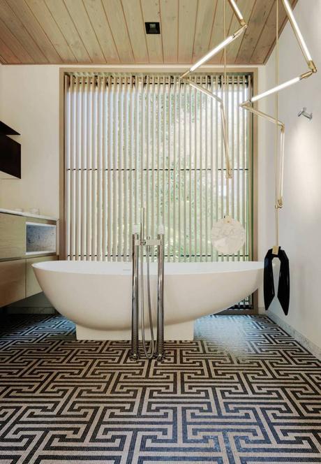 villa à San Francisco salle de bain baignoire ronde blanche design contemporain lampe néon laiton - blog déco - clemaroundthecorner