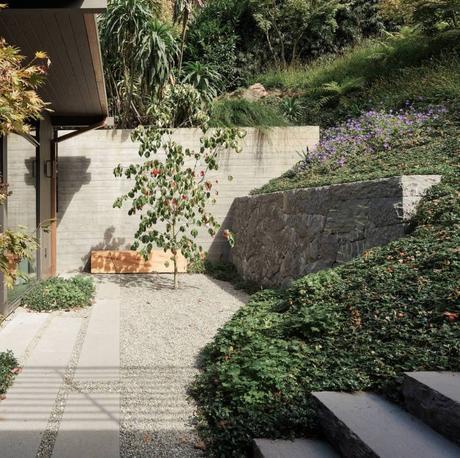 maison japonaise jardin pierre escalier béton arbuste - blog déco - clem around the corner