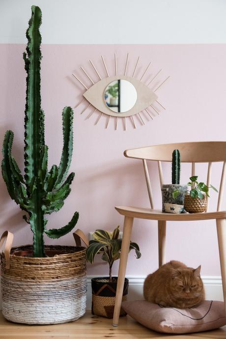blog déco salon exotique cactus vert miroir laiton oeil soleil