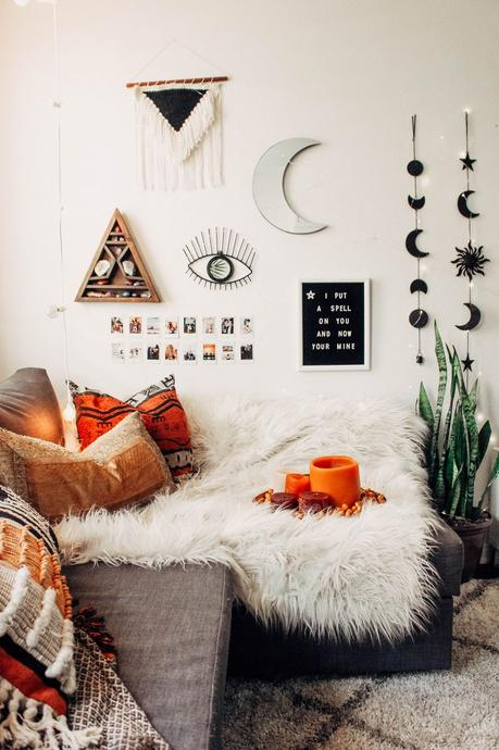blog déco salon bohémien plaid fourrure blanche coussin aztèque rouge