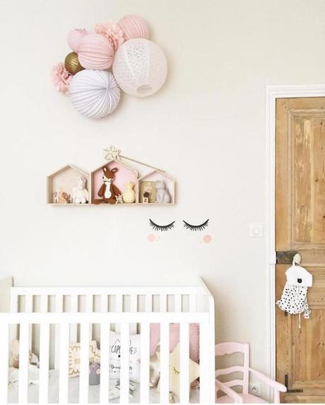 clemaroundthecorner chambre enfant tons pastel blanc rose autocollant mur lit bois