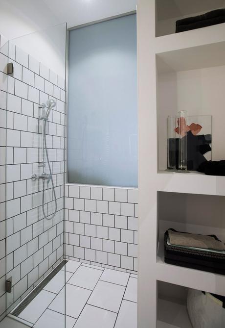 clem around the corner studio de 30m2 salle de bain carrelage blanc porté vitrée