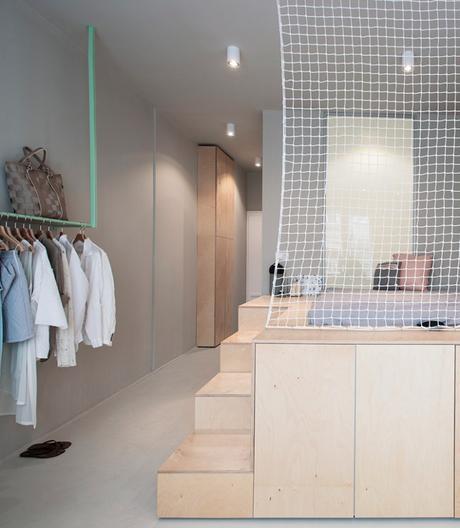 studio 30m2 budapest chambre escalier estrade bois filet blanc pêcheur déco intérieure gris pastel turquoise