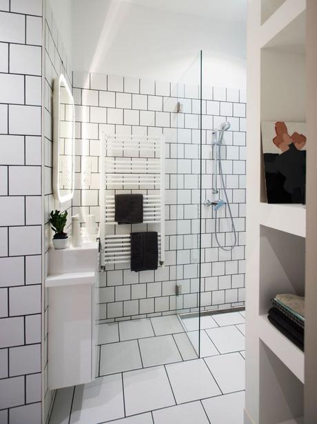blog déco appartement hongroissalle de bain luxueuse carrelage blanc miroir led moderne