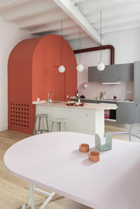 rose blush cuisine ouverte lumineuse mobilier rouge orange - blog déco - clem around the corner