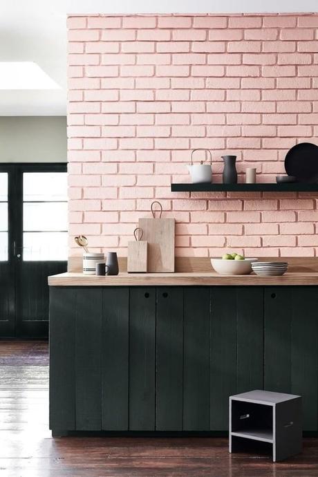 rose blush cuisine mur brique mobilier noir bois - blog déco - clem around the corner