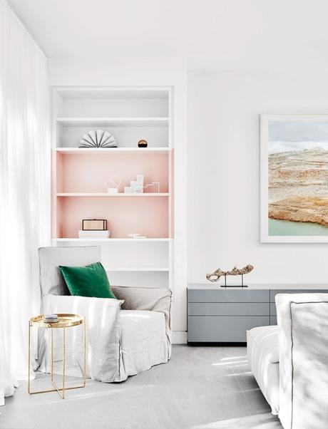 rose blush salon blanc épuré touche colorée vert laiton - blog déco - clem around the corner