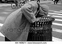 Homme cherchant de la nourriture dans une poubelle
