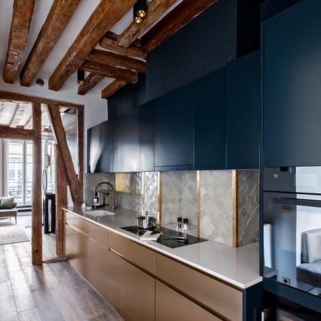 cuisine poutre en bois apparente rustique moderne couloir taupe carrelage laiton bleu - blog déco - clem around the corner