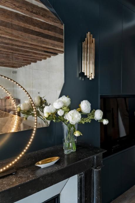 déco en bois salon bleu lampe cercle design cheminée noire - blog déco - clem around the corner
