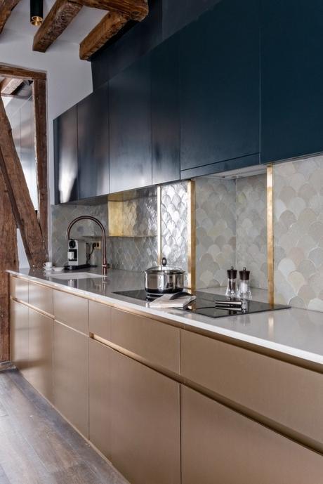 cuisine moderne bleue laiton carrelage art déco éventail plan de travail doré art déco appartement 60m2