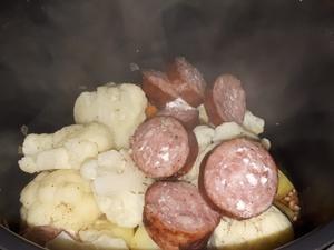 Gratin de chou-fleur, pommes de terre, carottes, à la saucisse de morteau et Curcuma