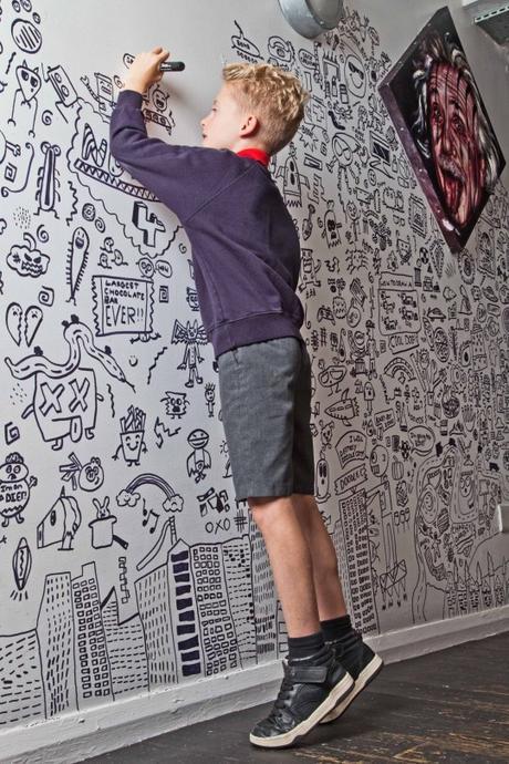 À 9 ans, il se fait repérer grâce à ses dessins et obtient un travail dans un restaurant