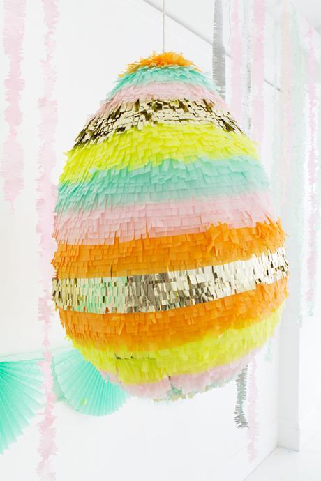 idée de décoration pour pâques oeuf géant coloré à faire papier mâché et crépon