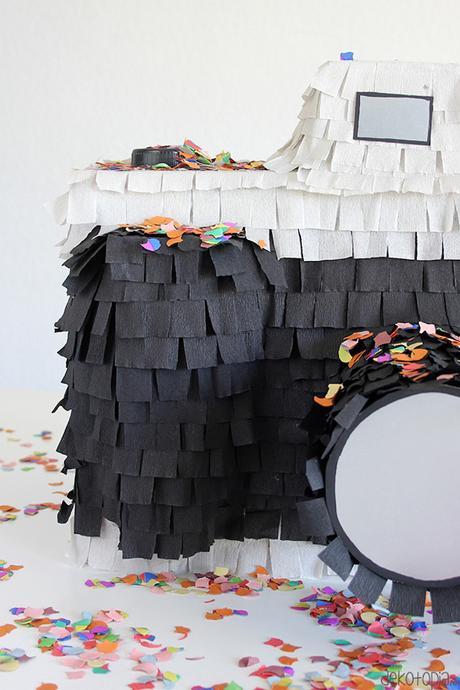 diy piñata facile à faire appareil photo noir et blanc papier crépon décoration originale anniversaire mariage cérémonie évènement - blog déco - clem around the corner