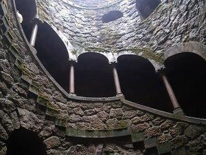 Poço iniciatico (un tunel à la vertical d'escaliers)