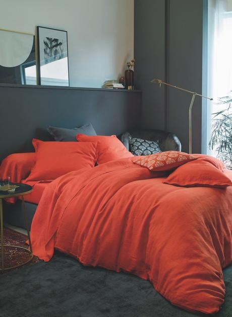 chambre noir grise fonce terracotta rouge couette - blog déco design - clemaroundthecorner