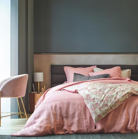 chambre grise foncé rose doré table de nuit laiton chaise fausse fourrure blog déco