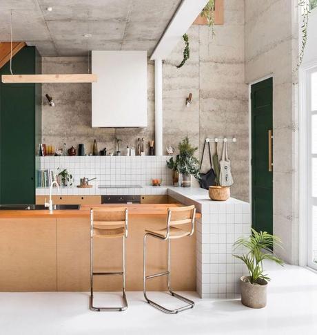 cuisine ouverte bar bois meuble vert foncé sapin clemaroundthecorner