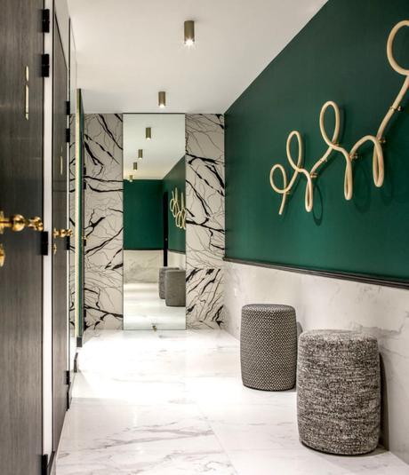 vert foncé salle de bain laiton marbre blanc déco