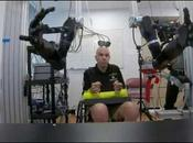 L'homme contrôle simultanément deux bras robotisés pensée