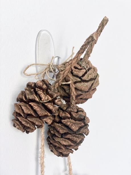 décorer ses murs sans percer noël crochet invisible pomme de pin
