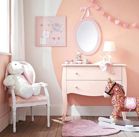 chambre enfant cheval à bascule rose fleuri idée déco clem around the corner