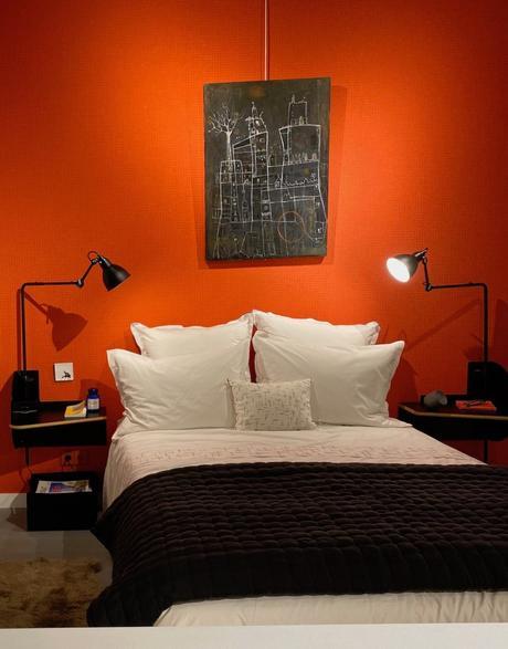 chambre parentale orange noire mur design Le Corbusier - clem around the corner