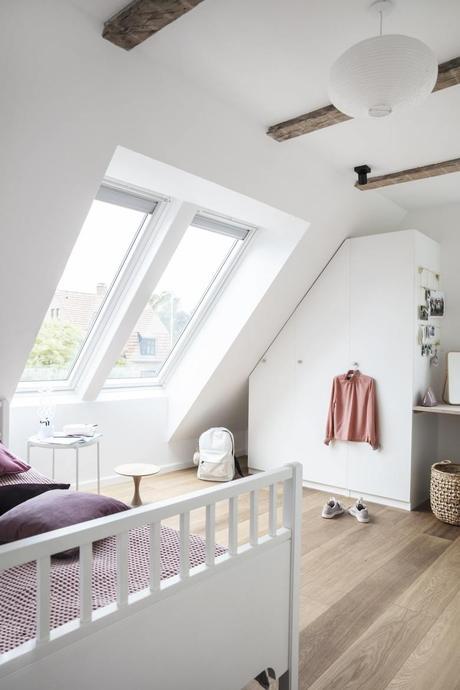 chambre lumineuse fenêtre de toit Velux poutre apparente design - clematc